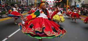Pasacalle en Lima por celebración de Fiestas Patrias en Perú.