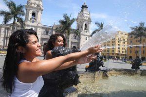 Mujeres refrescándose por el calor del verano en Perú.